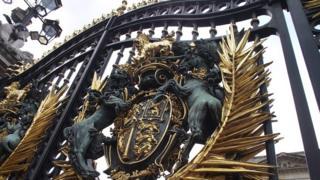 Королівський герб на воротах Букингемського палацу