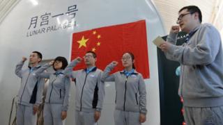 Los cuatro estudiantes voluntarios que se internaron en el Palacio Lunar.