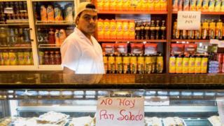 """Panadería con un cartel de """"No hay pan salado""""."""