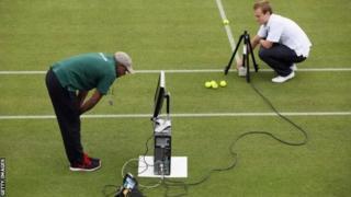 Ce système de ''Hawk-Eye'' qui se base sur la vidéo a été utilisé pour la première fois à Wimbledon en 2007.