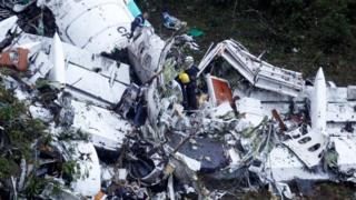 Destroços da aeronave que caiu na Colômbia, matando 71 pessoas