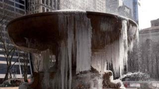 Нью-Йоркто катуу суук болуп, муз тоңду.