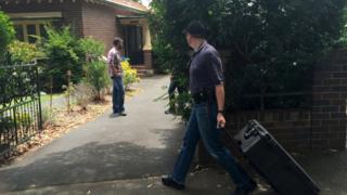 クレイグ・スティーブン・ライト氏の自宅を家宅捜索する豪連邦警察