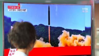 Una mujer en Corea del Sur mira el lanzamiento en una TV