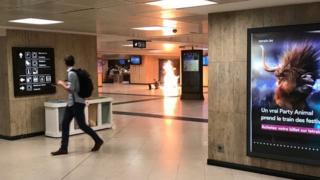 ブリュッセル中央駅で撮影された写真には炎が映っている(20日)