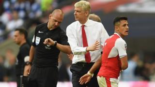 Arsène Wenger et son attaquant Alexis Sanchez lors de la finale de la coupe d'Angleterre contre Chelsea