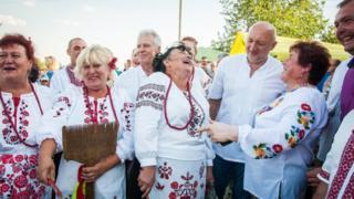 Українці у вишиванках