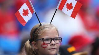 戴加拿大國旗頭飾的女孩