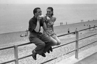 Richard Attenborough , Carol Marsh, Brighton Beach eating ice creams