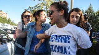 Eylül ayında Diyarbakır'daki bir protesto sırasında bir öğretmen gözaltına alınıyor