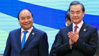 Thủ tướng Nguyễn Xuân Phúc và Ngoại trưởng Trung Quốc Vương Nghị tại Hội nghị Hợp tác tiểu vùng Mekong hôm 31/3.