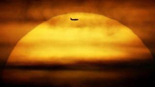güneşte uçan uçak