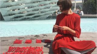 Лія Достлєва шиє ляльки на згадку про жертв катастрофи MH17
