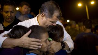 Ecuador's President, Rafael Correa, kisses a group of children after meeting local authorities in the emergency centre in Portoviejo (17 April 2016)