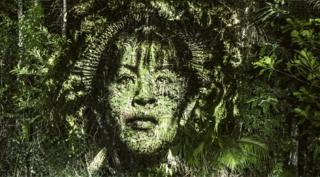 Обличчя жінки, спроектоване на ліс