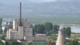 原子炉冷却塔が北朝鮮によって破壊される前の寧辺核施設(2008年撮影)