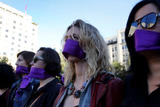 Şili'nin başkenti Santiago'da kadınlar ağızlarını mor bantlarla kapatarak hükümet konağına yürüdü.