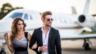Imagem mostra homem e mulher simbolizando pessoas ricas