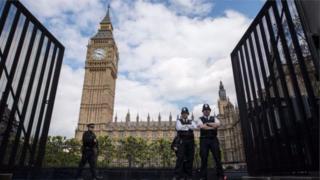 Парламент лондон убактысы боюнча 3-майга караган түнү саат 00:01де таркатылды.