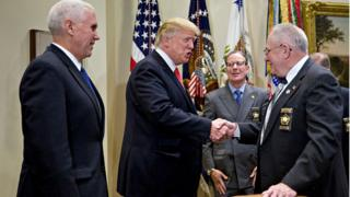 Donald Trump recevant les Shérifs de Comté, ici avec John Aubrey, shérif du Compté du Kentucky