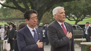 米国立太平洋記念墓地で、管理責任者のジェイムズ・ホートン氏と並んで献花する安倍首相(26日)