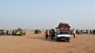 شاحنات تنقل المهاجرين عبر الصحراء الكبرى