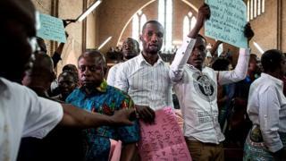 Des fidèles catholiques rassemblés dans une église à Kinshasa pour protester contre la brutalité policière.