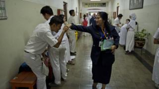 Siswa SMA mencium tangan guru