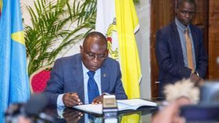 """Selon l'UDPS, M. Mubake """"s'est rendu coupable de non-respect de la hiérarchie et de vagabondage politique""""."""