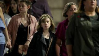 有許多青少年甚至兒童在父母的陪同下來聽演唱會。