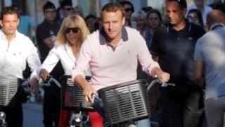 Emmanuel Macron n'umugore we , Brigitte Trogneux, bari ku magare hafi y'inzu yabo kuwa gatandatu.