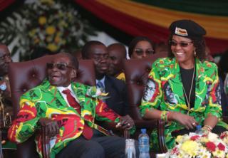 Shugaba Robert Mugabe (hagu) da matarsa Grace (dama) suna murmushi a wajen taron siyasa a filin wasa na Rudhaka na birnin Marondera misalin kilomita 100 gabas da Harare