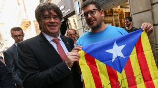 Catalan President Carles Puigdemont (L) poses with Catalan flag