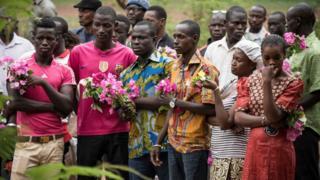 Inshuti, ababyeyi n'abavandimwe baribuka banaha icyubahiro abazize igitero mu cyuimweru gishize mu murwa mukuru wa Mali i Bamako.