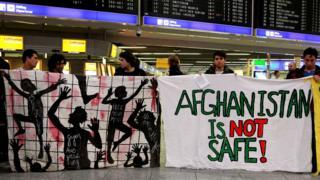 Демонстрация против высылки афганских беженцев