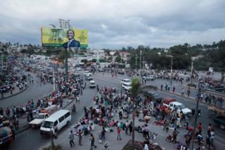 El congestionado centro de Puerto Príncipe con la pancarta publicitaria de Jude Célestin