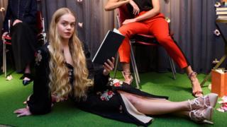 在倫敦書店Maison Assouline,模特正展示意大利手工品牌卡米拉·艾菲克的新作。
