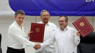 Em Havana: Juan Manuel Santos (esq.) e o líder das Farc, Timochenko (dir.), e o presidente cubano, Raúl Castro (centro)