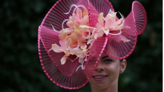 Тема квітів в аскотських капелюшках цього року дуже популярна