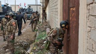 Irak özel kuvvetleri Musul'un doğusunda bir evi ararken