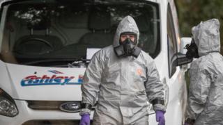 Слідчі у захисних костюмах збирають докази у справі Скрипаля, 12 березня 2018