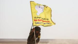 Suriye Demokratik güçleri mensubu bir asker