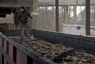 """Робітник шахти контролює загрузку вугілля у вагони на ВП """"Шахті імені Д. Ф. Мельникова"""" ПАТ """"Лисичанськвугілля"""", в Личичанську"""
