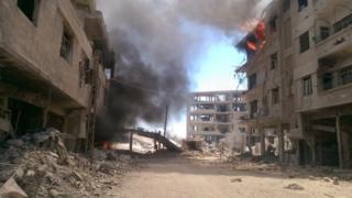 Deraya'da hava saldırısı sonrası dumanlar yükseliyor.