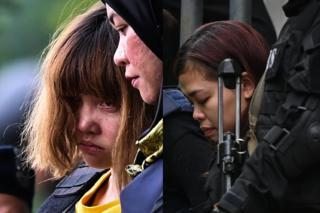 ဒွန်သီဟုန် (ဘယ်ဖက်ပုံမှာ တီရှပ်အဝါ) နဲ့ စီတီအိုင်ဆီရာ (ညာဖက်ပုံ)တို့ကို မတ်လ ၁ရက်နေ့က မလေးရှားတရားရုံးရှေ့မှာတွေ့ရစဉ်