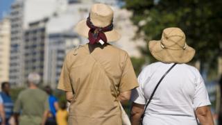 Idosas caminham no Rio