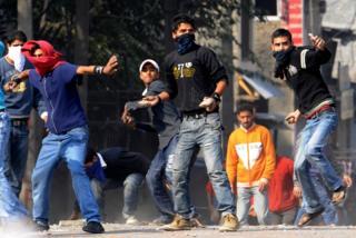 कश्मीर में पत्थर फेंकने वाले नौजवान