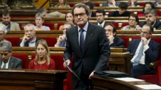 Artur Mas (centre) in Catalan parliament, 9 Nov 15