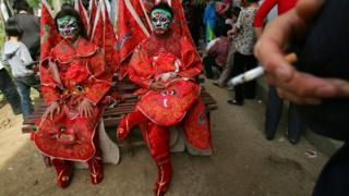 Two Chinese people wey dress like ancient figures to celbrate do golden week