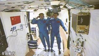 Çinli astronotlar Jing Haipeng (solda) ve Chen Dong